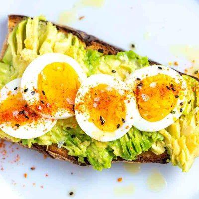Бутерброд из авокадо и яиц - рецепт с фото