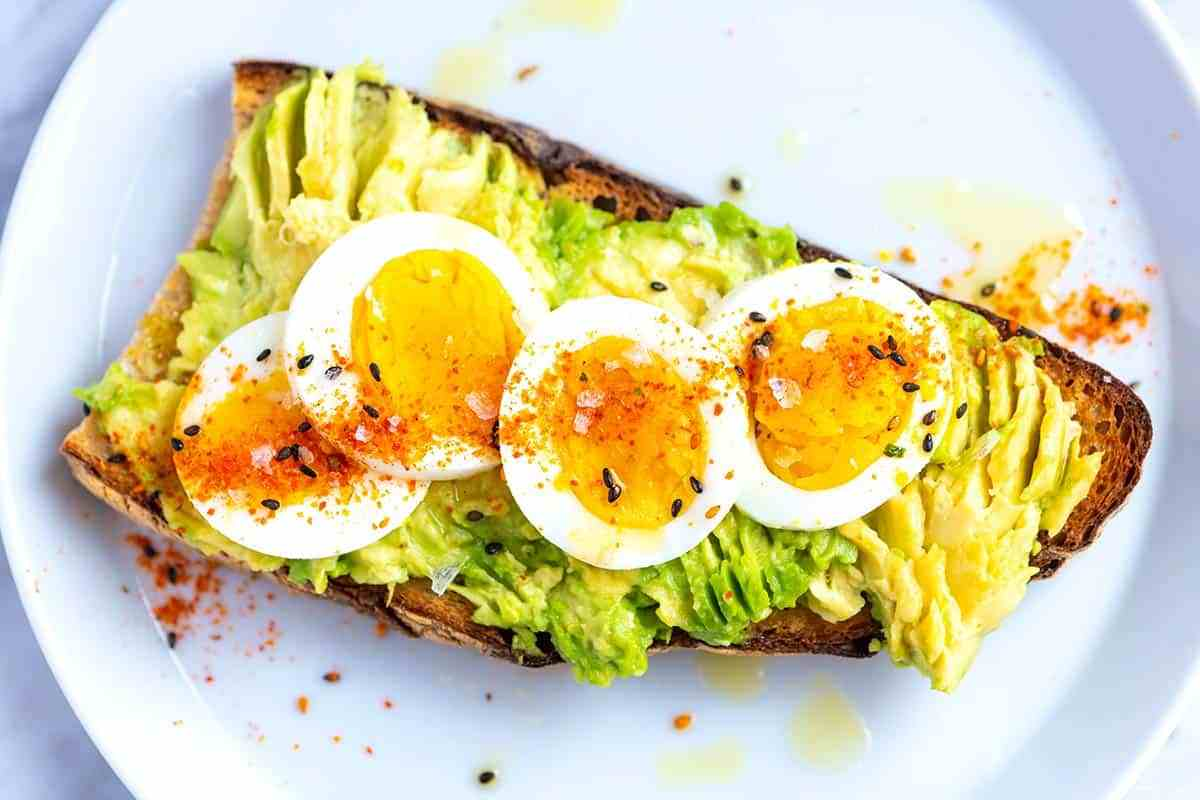 Бутерброд из авокадо и яиц
