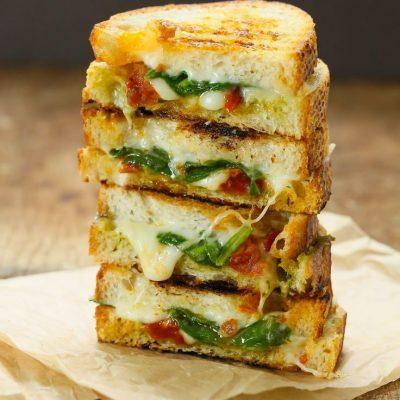 Горячий сырный сэндвич с томатом и шпинатом - рецепт с фото