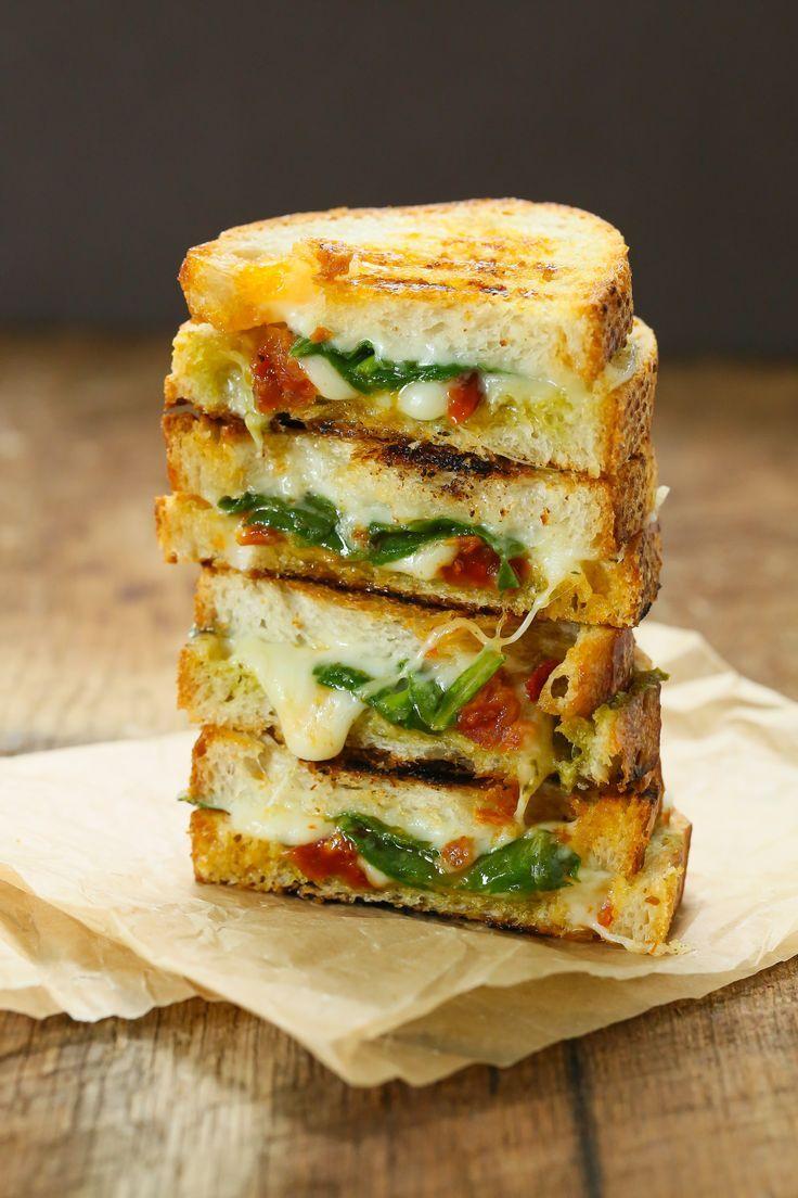 Горячий сырный сэндвич с томатом и шпинатом