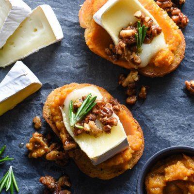 Кростини (бутреброды) с сыром, тыквой орехами - рецепт с фото