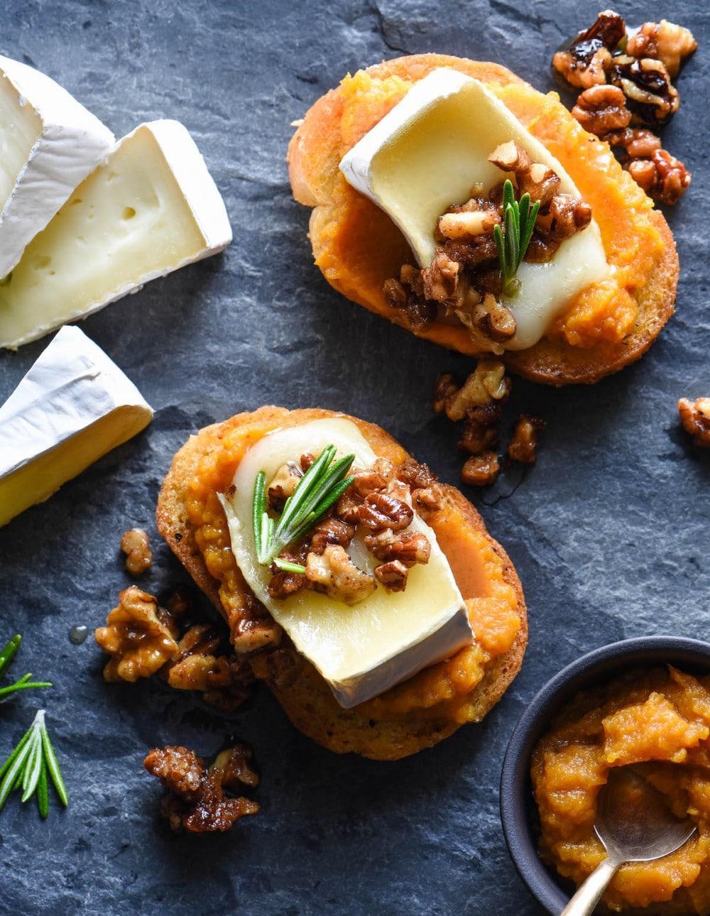 Кростини (бутреброды) с сыром, тыквой орехами