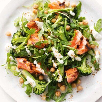 Полезный салат из руколы и жареного лосося с горохом - рецепт с фото