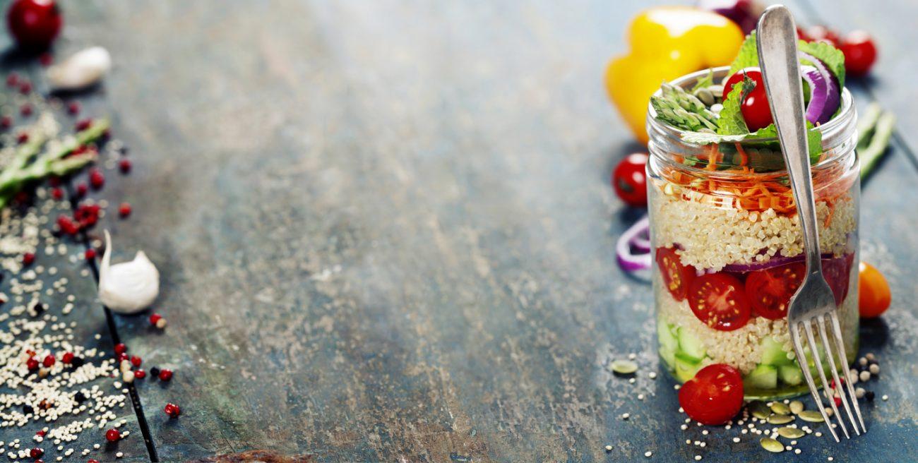 Постный слоёный салат из киноа и овощей
