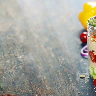 Постный слоёный салат из киноа и овощей - рецепт с фото