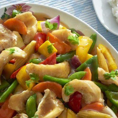 Рыба хек с овощами на сковороде вок - рецепт с фото
