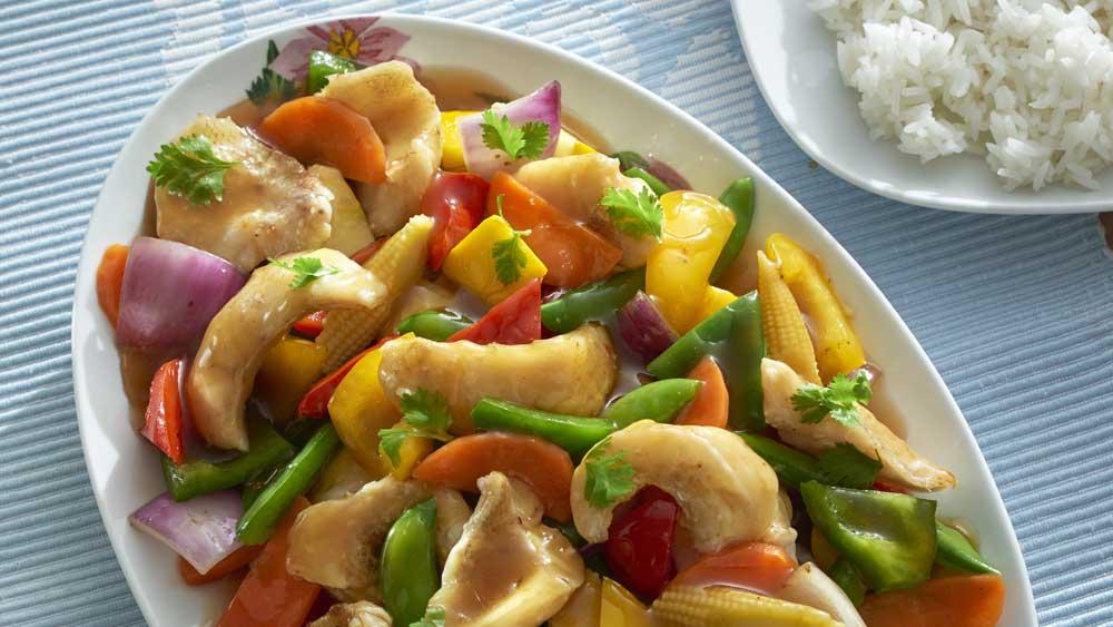 Рыба хек с овощами на сковороде вок