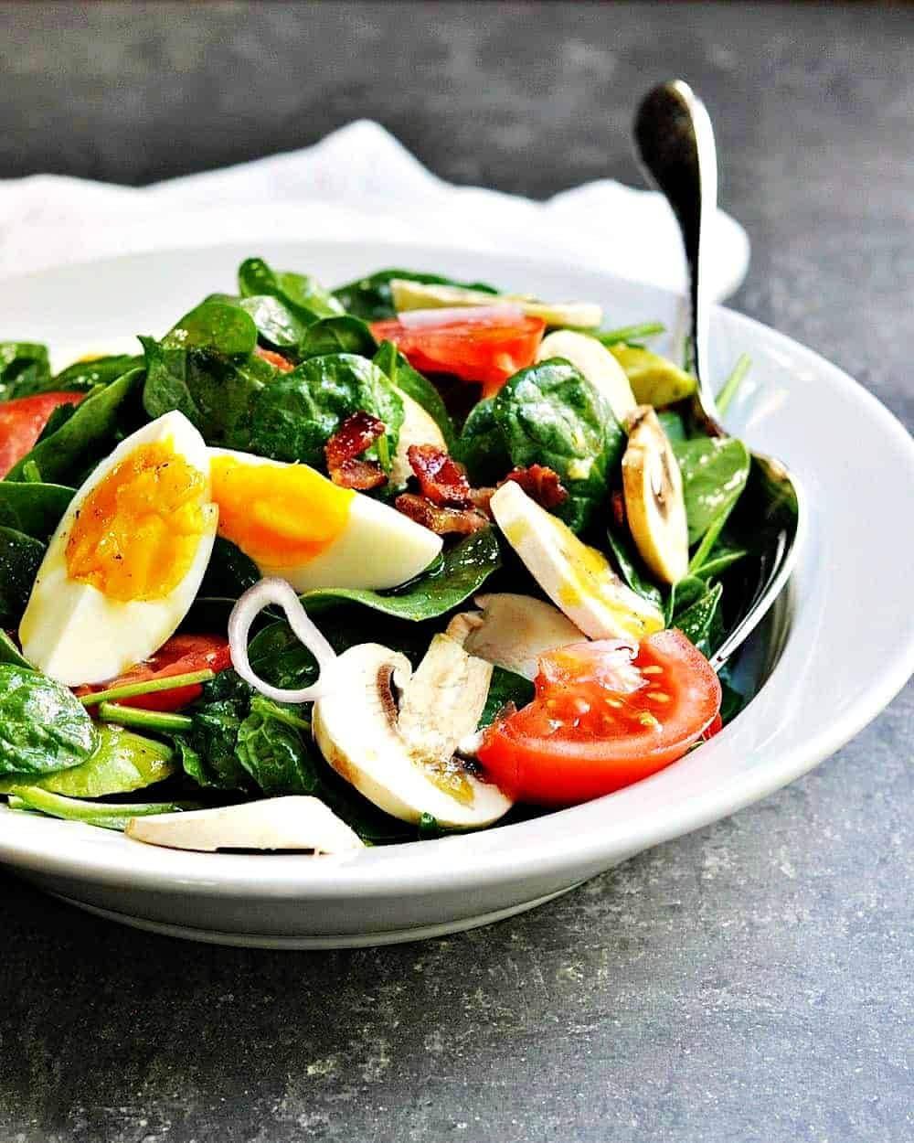 Салат с грибами, шпинатом, авокадо и яйцом