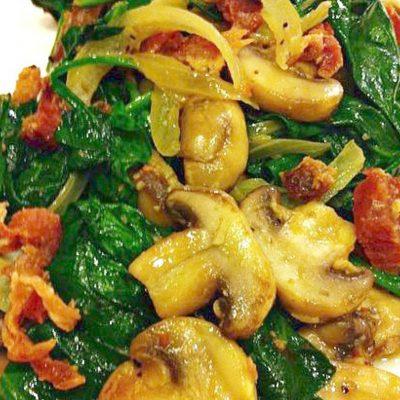 Салат из шпината с грибами и беконом - рецепт с фото