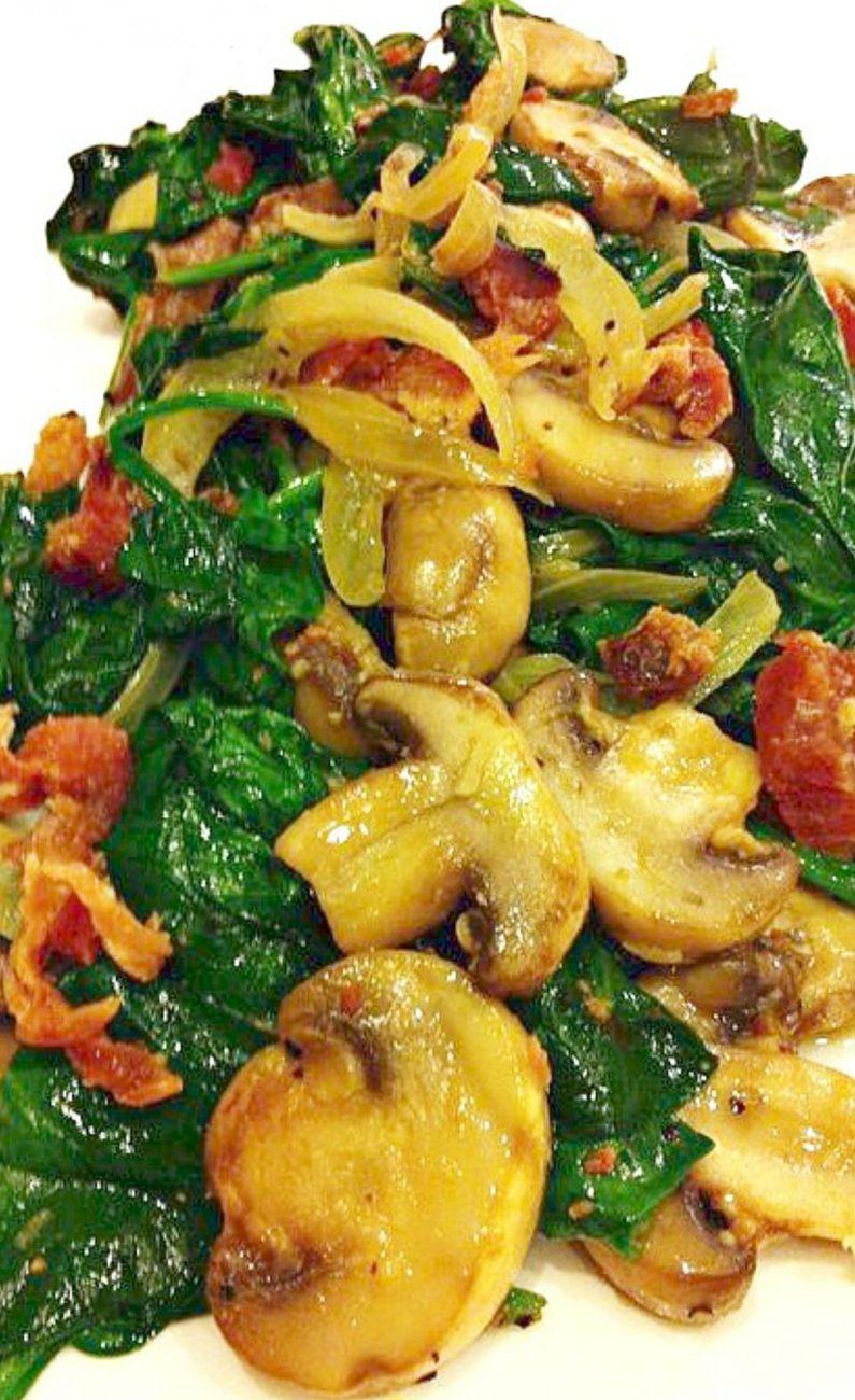 Салат из шпината с грибами и беконом