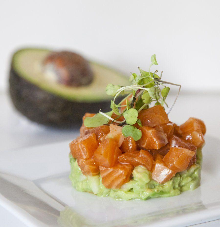 Салат из сырой красной рыбы и авокадо