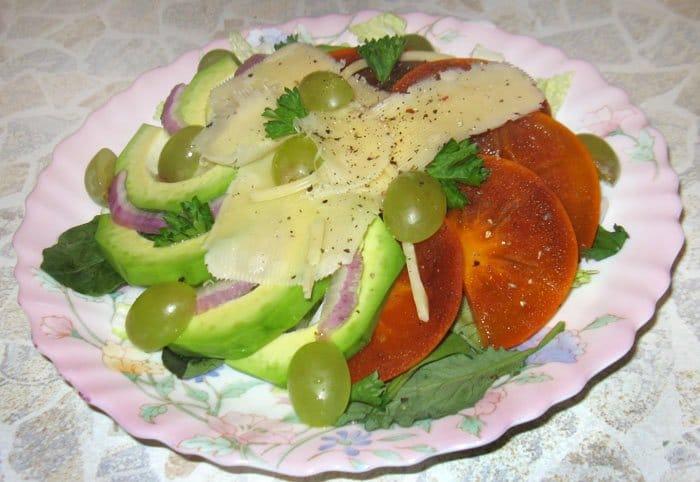 Салат с авокадо и хурмой - рецепт с фото