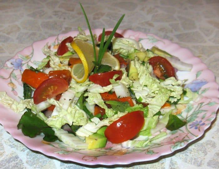 Салат с авокадо, хурмой и лимоном