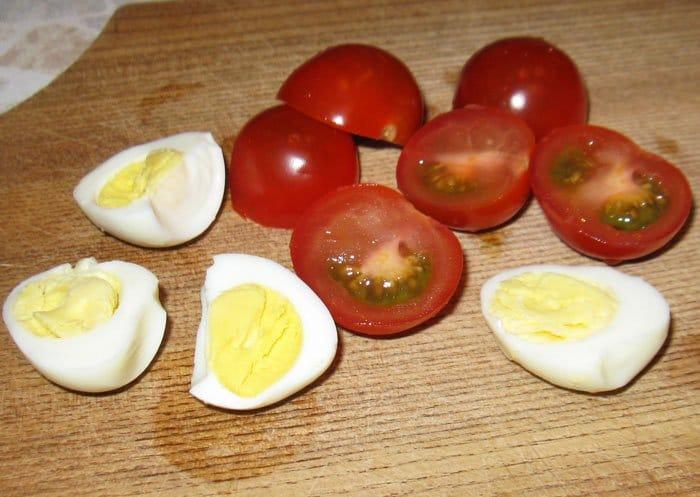 Фото рецепта - Салат с яйцами, помидорами черри и сыром - шаг 3