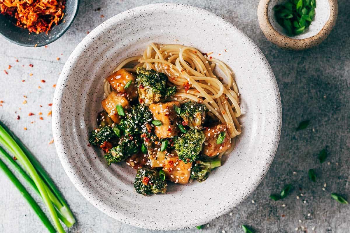 Сыр Тофу в соусе терияки с лапшей и брокколи