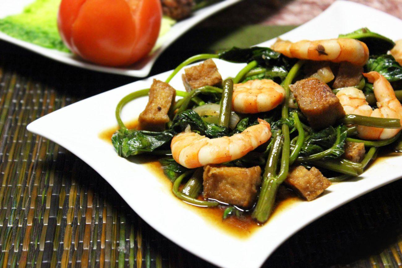 Теплый салат из шпината с креветками и сыром