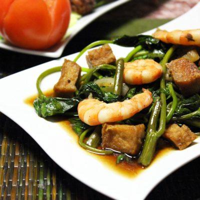 Теплый салат из шпината с креветками и сыром - рецепт с фото