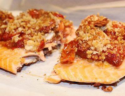 Форель, запеченная в духовке под томатным соусом с миндалем - рецепт с фото