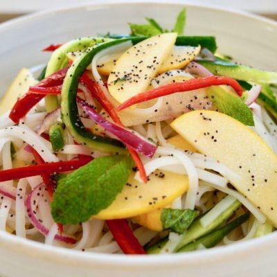 Вегетарианский салат из рисовой лапши с овощами и яблоком - рецепт с фото