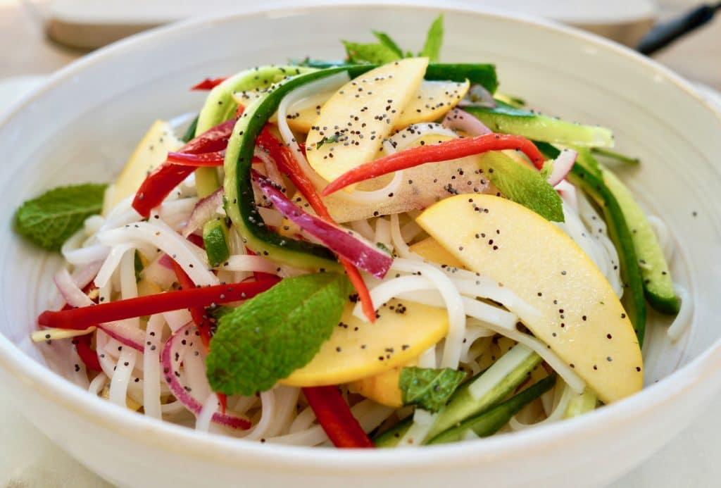 Вегетарианский салат из рисовой лапши с овощами и яблоком