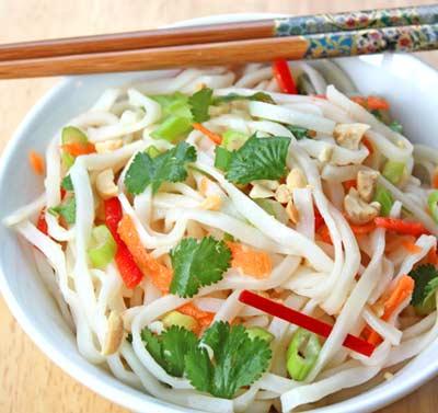 Вьетнамский салат с лапшей и перцем