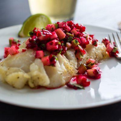 Запеченная рыба и салат из свеклы и яблока - рецепт с фото
