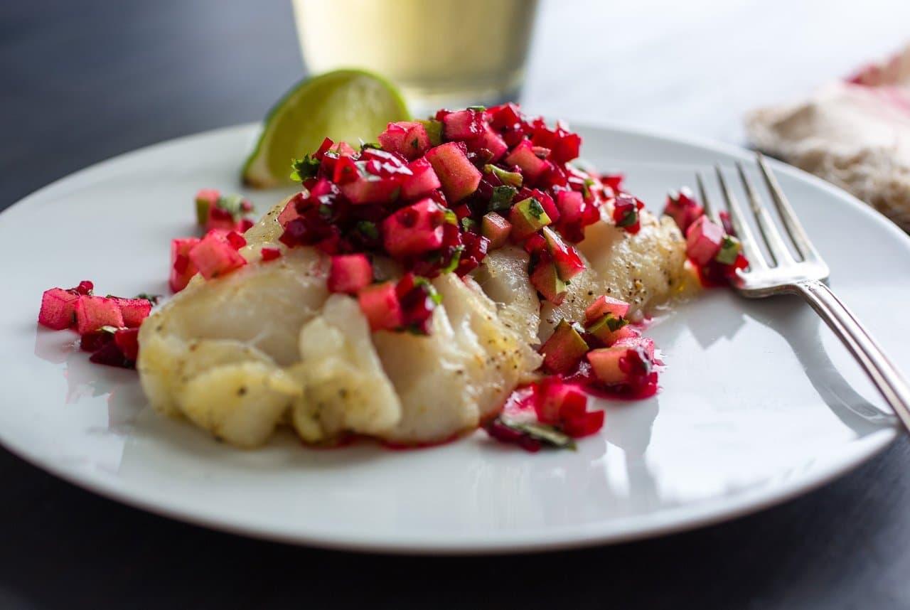 Запеченная рыба и салат из свеклы и яблока