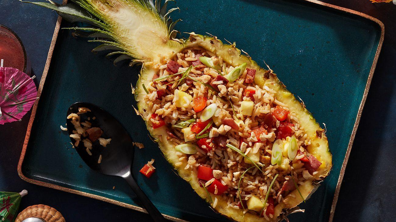 Запеченный ананас, фаршированный рисом и беконом