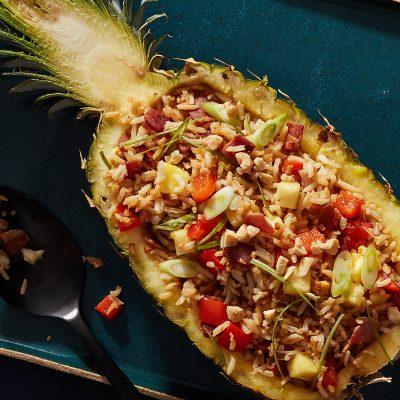 Запеченный ананас, фаршированный рисом и беконом - рецепт с фото