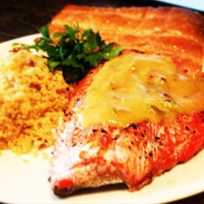 Запеченный лосось с чесночно-персиковой сальсой - рецепт с фото