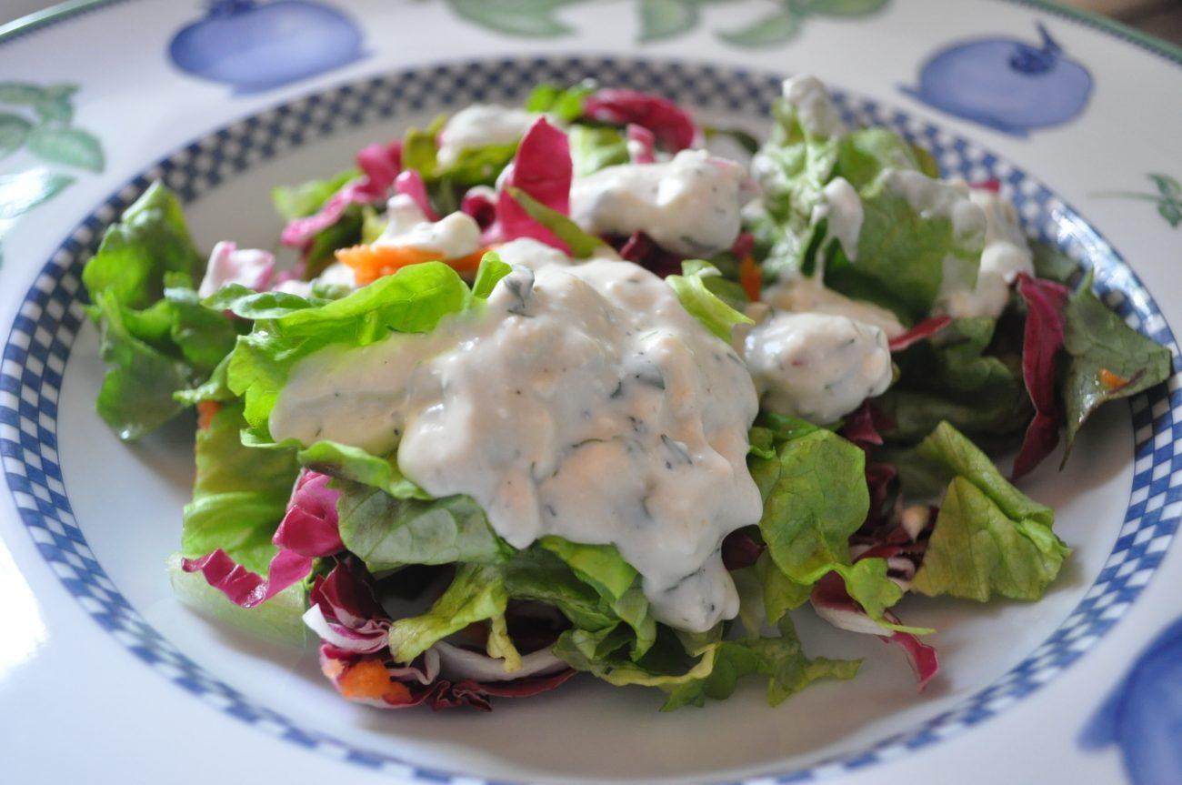Зеленый салат с заправкой из сыра рокфор