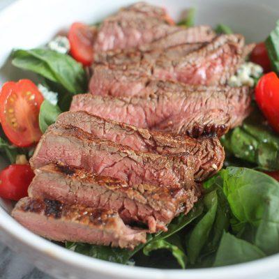 Жареный стейк из говядины с салатом из шпината и черри - рецепт с фото