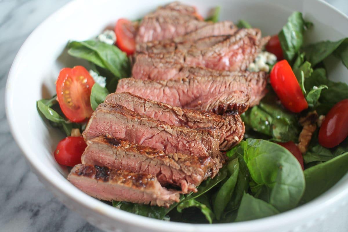 Жареный стейк из говядины с салатом из шпината и черри