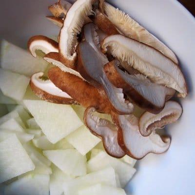Фото рецепта - Азиатская лапша с маринованной свининой, дайконом, имбирем и зеленым луком - шаг 2
