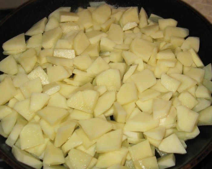 Фото рецепта - Жареная картошка с сосисками - шаг 1