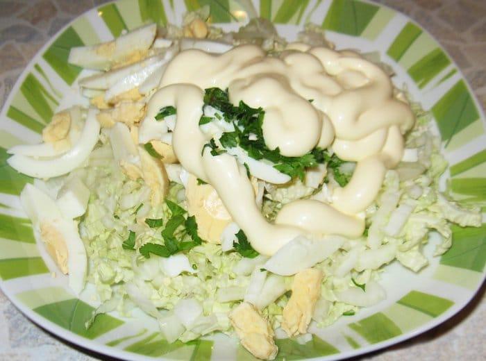 Фото рецепта - Салат с китайской капустой и яйцами - шаг 3