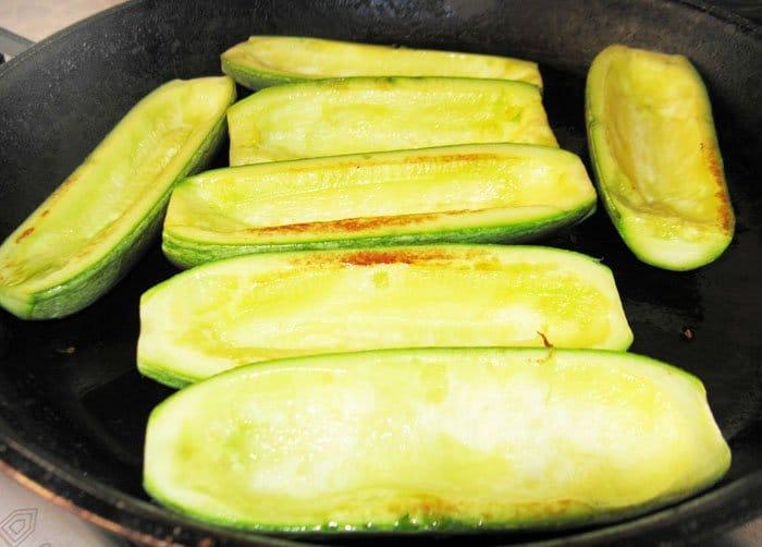 Фото рецепта - Фаршированные кабачки, запеченные в духовке - шаг 7