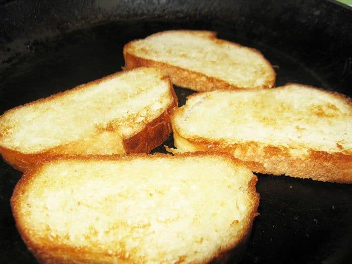 Фото рецепта - Французский луковый суп с гренками и сыром - шаг 5