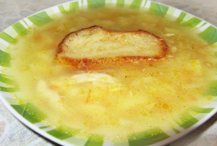 Фото рецепта - Французский луковый суп с гренками и сыром - шаг 8