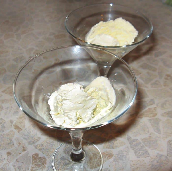 Фото рецепта - Клубника с мороженым, шоколадом и маскарпоне - шаг 2