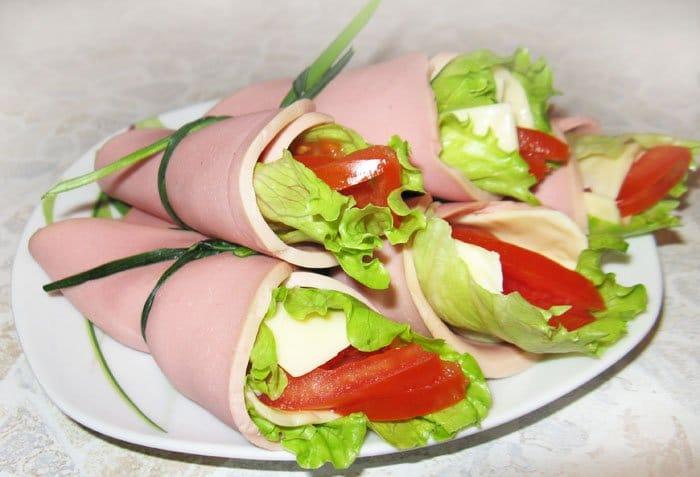 Рулетики с  помидором, сыром и салатом