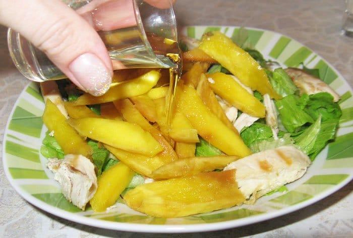 Фото рецепта - Салат с курицей и манго - шаг 6