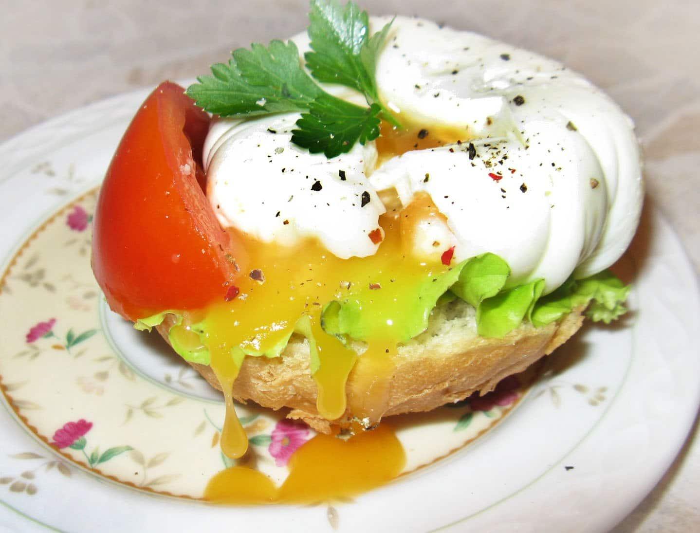 Яйца пашот на хлебе - рецепт с фото