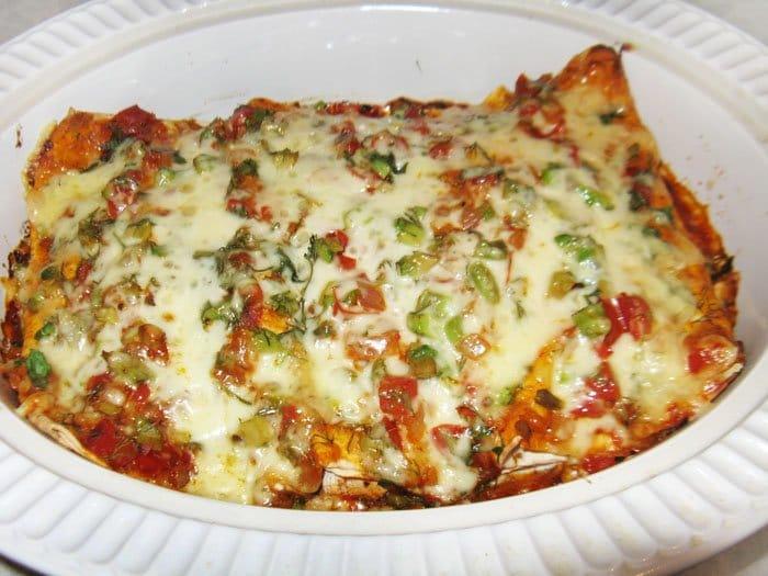 Фото рецепта - Энчиладас с курицей и зеленым горошком - шаг 11