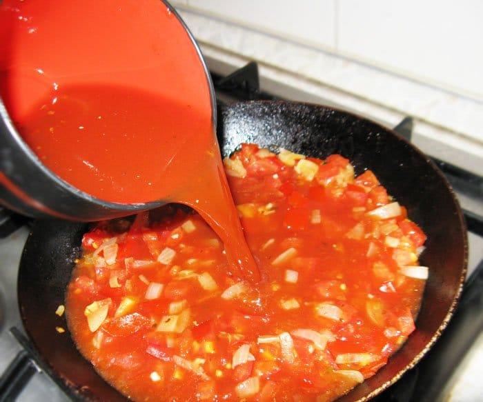 Фото рецепта - Энчиладас с курицей и зеленым горошком - шаг 4