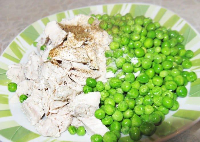 Фото рецепта - Энчиладас с курицей и зеленым горошком - шаг 5