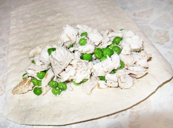 Фото рецепта - Энчиладас с курицей и зеленым горошком - шаг 6