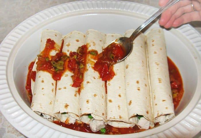 Фото рецепта - Энчиладас с курицей и зеленым горошком - шаг 7