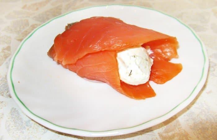 Фото рецепта - Мешочки из семги с творожным сыром - шаг 3