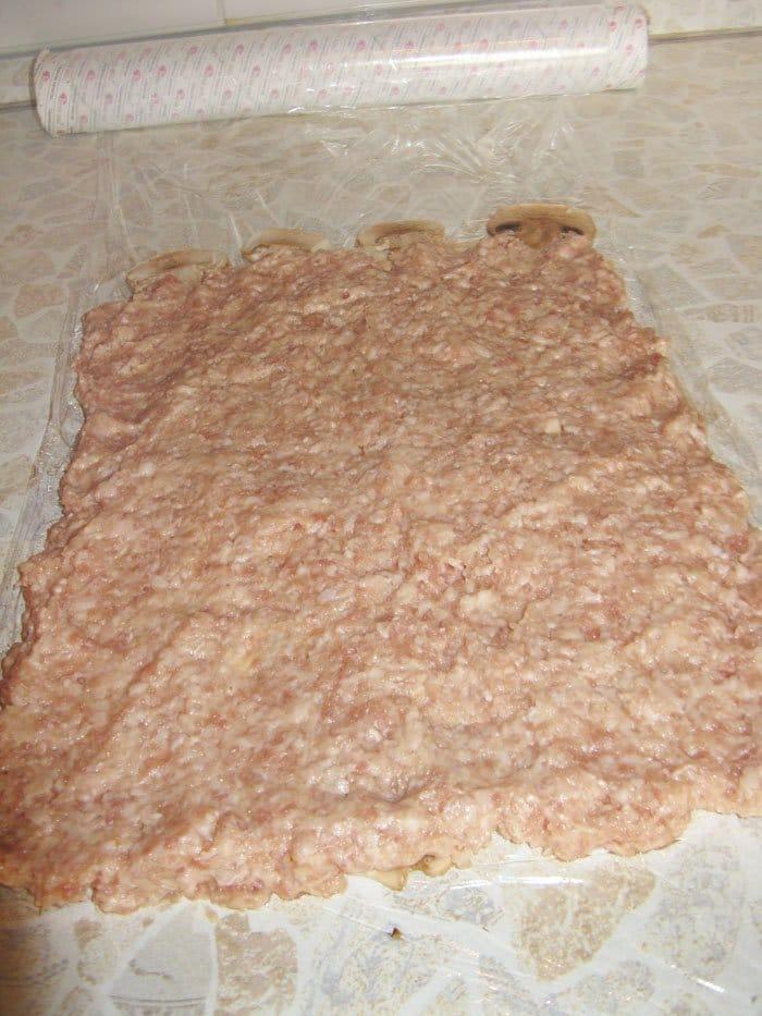Фото рецепта - Рулет из фарша с грибами и шпинатом - шаг 6